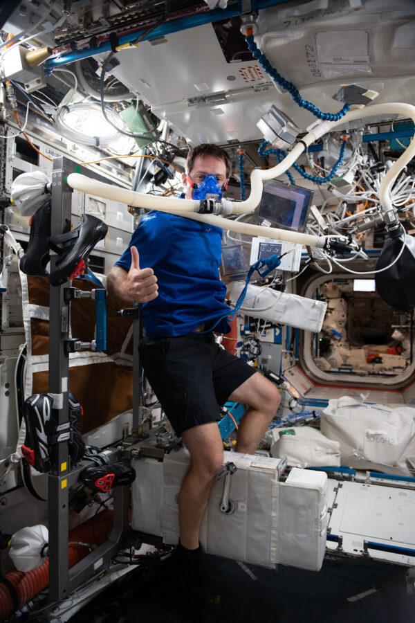 Astronauti a cyklisté mají spoustu společného, například skutečnost, že se naše potravinové dávky jsou měřeny přesně danými dávkami kalorií. Také nás sledují ze všech úhlů a měří naše výkony na našem kole – ergometru. Princip je jednoduchý: připojíte elektrody a dýcháte se zařízením měřícím přesné množství kyslíku… a můžete vyrazit: stále se zvyšuje odpor pedálů, dokud nebudete schopni pokračovat…. Jeden vtipný rozdíl tu je: cyklisté na Tour musí držet ruce na řídítkách, zatímco naše ruce zůstávají volné! Zdroj: flickr.com