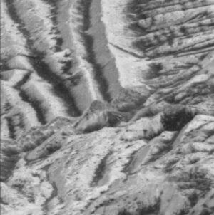 Výřez z fotografie pořízené sondou Galileo. Vidíme zde povrch Europy včetně světlé vrstvy na útesu uprostřed. V takových oblastech by mělo intenzivně docházet k procesu impact gardening.