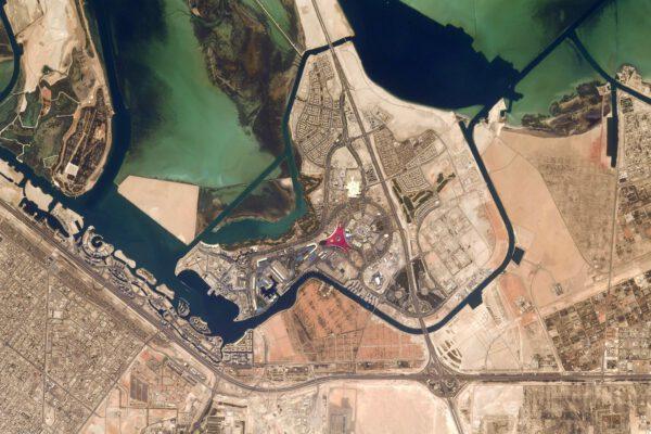 Blízko Abú Zabí mě zaujala malá červená tečka, vypadá to jako muzeum nebo zábavní park věnovaný Ferrari? V každém případě je to něco s logem této značky na střeše. (Skutečně je to tak, jde o zábavní park Ferrari World v druhém nejlidnatějším městě Spojených arabských emirátů). Zdroj: flickr.com