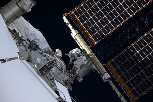 Tento nádherný záběr ponechal Thomas bez komentáře. Velikost solárních panelů vynikne až s astronauty poblíž jejich úchytu. Nové panely IROSA jsou sice menší, ale pořád obřích rozměrů. IROSA mají 6×19 m. Starší panely v pozadí mají délku 73 metrů od jednoho konce k druhému. Nejstarší pracují na ISS od roku 2000, další byly instalovány v letech 2006 - 2009. Zdroj: flickr.com