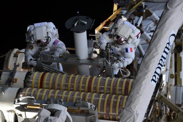 """""""Bez ohledu na to, kolikrát vystoupíte z vesmírné stanice, NIKDY to není rutinní operace. Nacházíte se v nejextrémnějším prostředí, kterému kdy byli lidé vystaveni."""", říká Thomas. Na snímku je spolu se Shanem u ještě složené části solárních panelů IROSA (ISS Roll Out Solar Array). Vpravo vidíme část staniční robotické paže Canadarm. Mezi astronauty trčí úchyt sloužící k zachycení zařízení pomocí této robotické paže.Zdroj: flickr.com"""