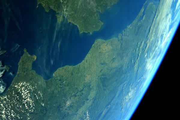 Toto je netradiční pohled na úžinu mezi Velkou Británií a Francií. Thomas při pohledu na něj prohlašuje, že se mu zdá snad větší, než během minulé mise. Přitom jej prý dokázal někdo přeletět i na jetpacku! Zdroj: flickr.com