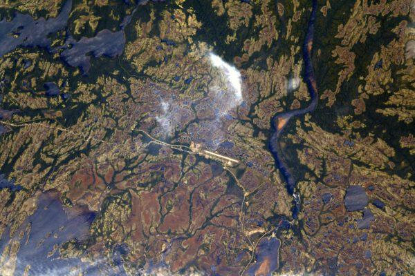 Krajina podél řeky sv. Vavřince. Vypadá to, jakoby na konci silnice bylo vždy letiště. Zdroj: flickr.com