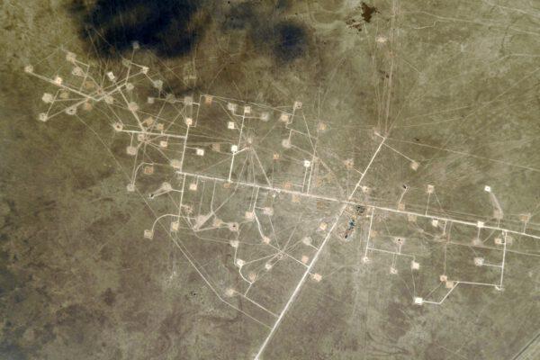 Pravděpodobně vás nyní nenapadá, co je na tomto snímku za infrastrukturu. Jde o bunkry pro letadla nebo zvláštně rozmístěné pozemky v poušti? Ne, jde o pole ropných vrtů. Zdroj: flickr.com