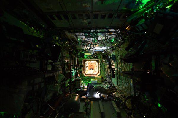 """""""Noční"""" pohled do modulu Destiny. Dole se Shane Kimbrough dívá na Zemi, jak vidno, ISS zrovna letěla nad denní částí planety, i když na ISS mají zrovna noc. Zdroj: Flickr.com"""