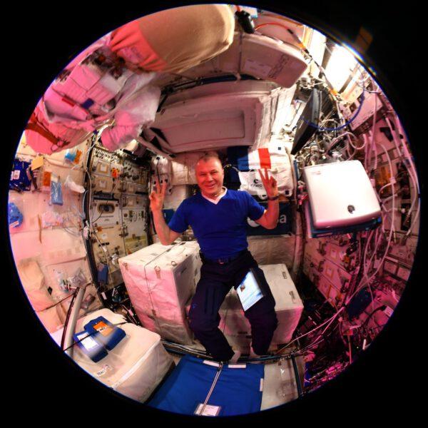 Na dalším snímku rybím okem je ruský kosmonaut Oleg Novickij v evropském laboratorním modulu Columbus. Zdroj: flickr.com