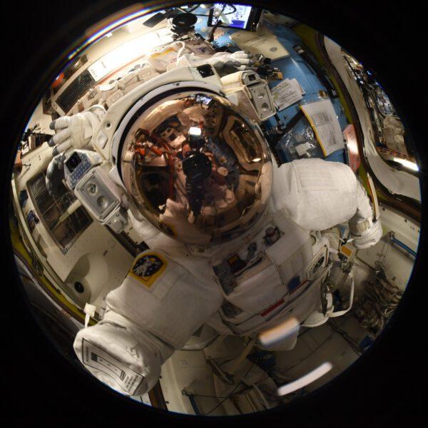 Thomas zde zvěčnil sám sebe v hledí přilby skafandru pro výstupy do volného kosmu. Zdroj: flickr.com