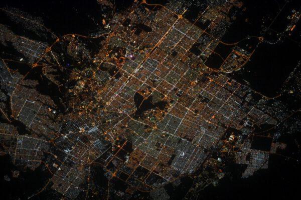 """""""Noční Rijád, hlavní město Saudské Arábie, svítí jasně v temnotách okolní pouště. Ale co je to tmavé místo uprostřed, to nevím."""", říká Thomas. A fanoušci hned odpovídají, že to je místní letiště. Jmenuje se podle krále Abdula Azíze. Zdroj: flickr.com"""