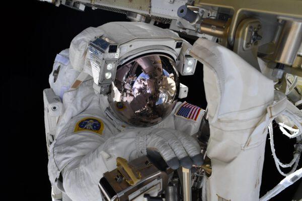 Na snímku je americký astronaut Shane Kimbrough při výstupu do volného kosmu. V odrazu přilby je vidět i Thomas Pesquet, který jej fotografoval. Zdroj: flickr.com