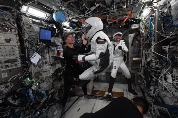 Zkoušíme po dlouhé době skafandry. Naše páteř se v beztíži trochu změnila, ale obleky SpaceX se umí na toto báječně adaptovat. Zdroj: twitter.com