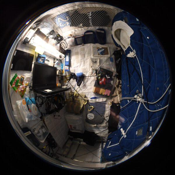 Na snímku se díváme do soukromí astronauta. Thomas nás vzal do své spací kóje a díky objektivu rybí oko vidíme mnohem více, než na běžných fotografiích. Zdroj: flickr.com