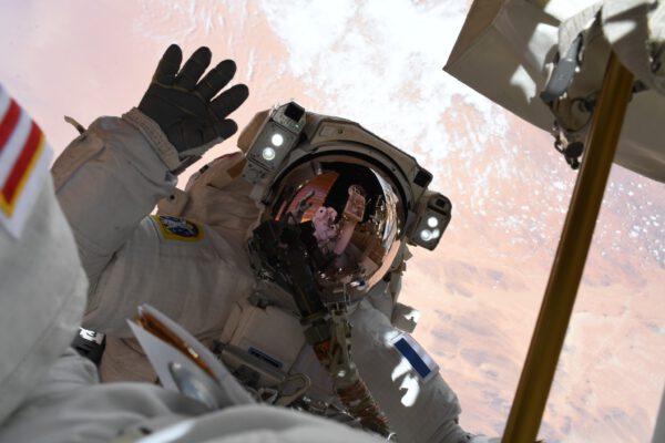 Na kosmické vycházce nám mává francouzský astronaut Thomas Pesquet. Zdroj: flickr.com
