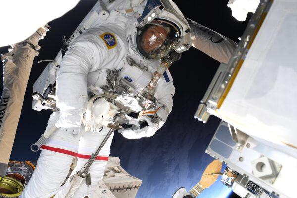Během výstupu mají většinou astronauti stažené ochranné hledí, takže jim nevidíme do tváře. Thomas pro nás tady udělal výjimku a jediný světlý flíček, který se v přilbě odráží, je jeho kolega Shane Kimbrough, který jej zachytil při této kosmické vycházce. Zdroj: flickr.com