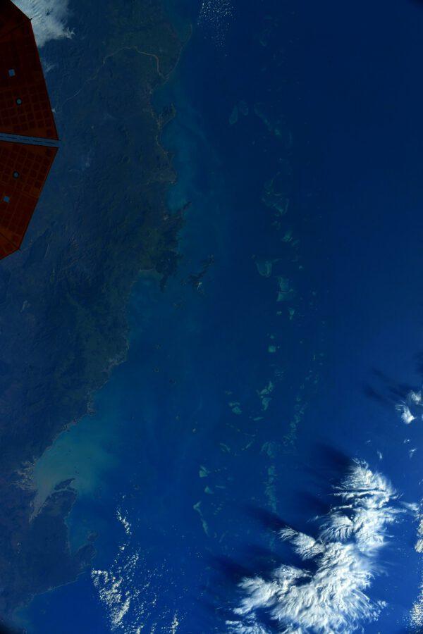 Jeden z mála podmořských útvarů viditelných i z oběžné dráhy je Velký bariérový útes táhnoucí se při východním pobřeží Austrálie. Je to v mnoha ohledech protějšek vesmíru – obě prostředí člověk postupně zkoumá, mnoho vědeckých záhad stále není objasněno, dva světy ticha…S jedním zásadním rozdílem: v prázdnotě vesmíru není žádný život, zatímco oceány oplývají všemi jeho tvary a velikostmi. Velký bariérový útes je skutečnou živou strukturou a bohužel i tu už ohrožuje změna klimatu: mikroskopické řasy, které dodávají korálům jejich barvu, ale především jim dodávají živiny, které potřebují k životu, stále více mizí vlivem stoupajících teplot oceánu. A toto je jen první kostka domina – pokud zmizí krásní koráli, zmizí s nimi i biologická rozmanitost, tedy zdroje pro rybolov, pak i přirozená ochrana pobřeží, a nakonec se zhroutí i cestovní ruch atd. Zdroj: Flickr.com
