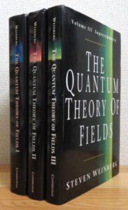 Weinbergova legendární učebnice kvantové teorie pole