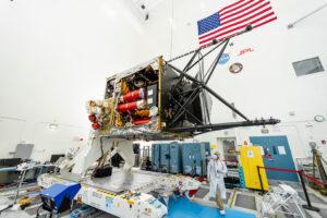 Sonda Psyche v čisté místnosti JPL vyfocená 18. srpna 2021.