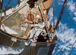 Gibson v průběhu výstupu do volného prostoru