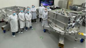Výroba ochranné komory sondy Europa Clipper, ve které bude uložena citlivá elektronika.