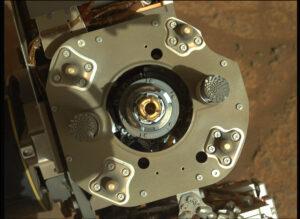 Odběrová vrták na konci robotické paže vozítka Perseverance