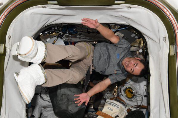 Aki se u testu skafandru očividně baví. Jak by ne, když právě předvádí vesmírnou obuv z letošní kolekce oblečení na ISS. Zdroj: twitter.com