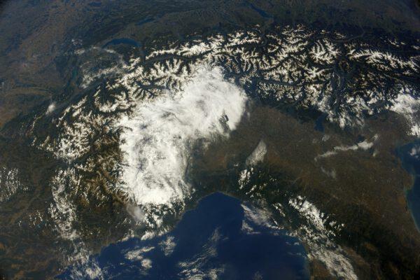 Pohled na pohoří Alpy. Na jižní straně se vytvořilo hodně oblačnosti (nad Itálií). Zdroj: flickr.com