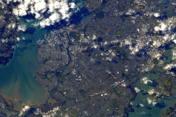Město Auckland na severním ostrově Nového Zélandu. Nazývá se také Tāmaki Makaurau. Thomas tvrdí, že když se podíváte pozorně, spatříte v parku One Tree Hill také budovu Hvězdárny a planetária Stardome. Musím mu dát za pravdu, ale chce to důkladné hledání na originálním snímku. Nachází se v zeleném flíčku vpravo a dolů od výrazného světlého oválu téměř uprostřed snímku. Zdroj: twitter.com