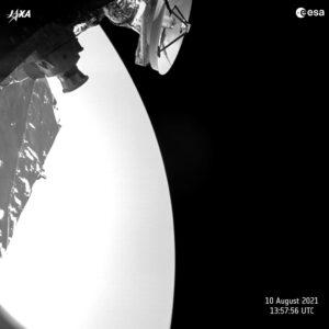 Sonda BepiColobo vyfotila Venuši inženýrskou kamerou. Snímek vznikl 10.srpna 2021 v 15:57:56 SELČ ve vzdálenosti 1573 km od planety. Maximální přiblížení na 552 km přišlo v 15:51:54 SELČ.