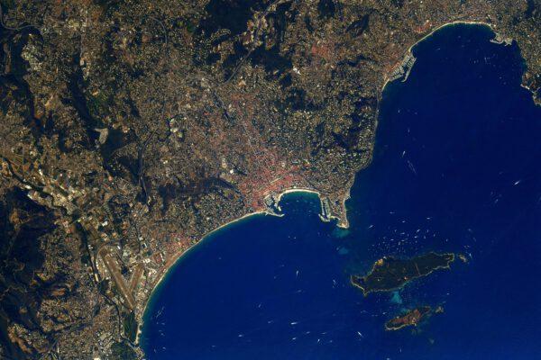 Poznáváte tento záliv? Tyrkysově modrá voda, oblíbené místo jachtařů. Už jsme tu jednou byli. Jde o Cannes na jihu Francie. Zdroj: twitter.com