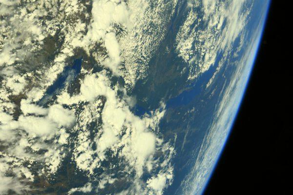 Vpravo vidíme jezero Bajkal, uprostřed nahoru teče řeka Angara a dole je jezero Chövsgöl núr (zřejmě se vyslovuje čevsgel) ležící v severním Mongolsku. Mnohem blíže je to odtamtud do Ruska. Zdroj: flickr.com