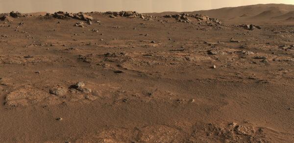 Jednotka Crater Floor Fractured Rough, panorama. NASA/JPL-Caltech/ASU/MSSS