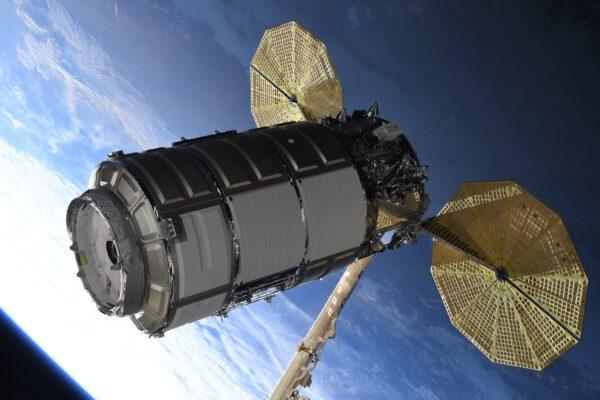 Nákladní loď Cygnus NG-16 vyfotografovaná těsně po zachycení staniční robotickou paží Canadarm2. Zdroj: twitter.com