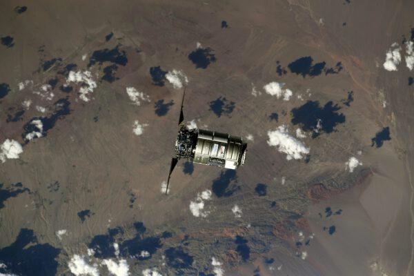 Cygnus NG-16 nad denní stranou Země. Zdroj: twitter.com