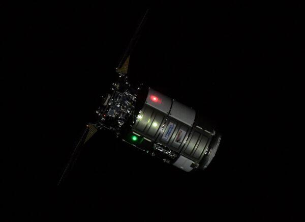 Cygnus NG-16 během příletu nad noční stranou Země. Zdroj: twitter.com