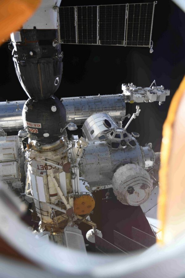 Pohled na stanici skrz okýnko modulu Nauka