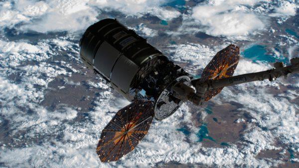 Loď Cygnus NG-16 zachycená robotickou paží