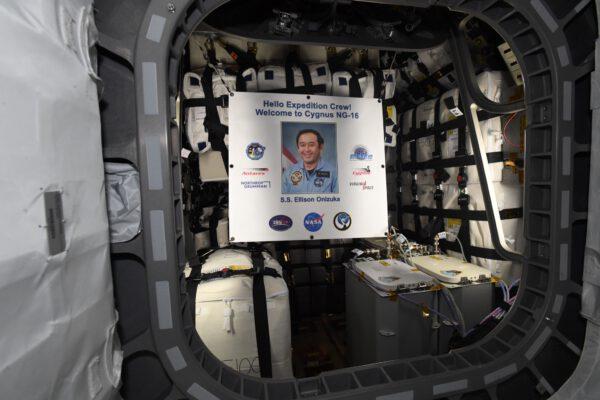 Ellison Onizuka přivítal astronauty v útrobách nákladní lodi Cygnus NG-16. Do vesmíru letěl poprvé na palubě raketoplánu Discovery (STS-51C) rok před osudným startem Challengeru, který 28. ledna 1986 explodoval po startu z Floridy. Zdroj: twitter.com