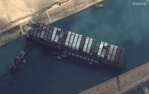 Loď Ever Given zablokovala Suezský průplav.