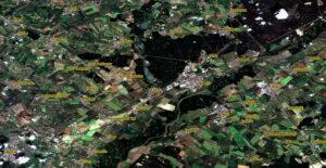 """Snímek z družice Sentinel-2 pořízený 29. června na kterém je jasně patrný zdevastovaný """"pruh"""" od obce Hrušky směrem k Hodonínu."""