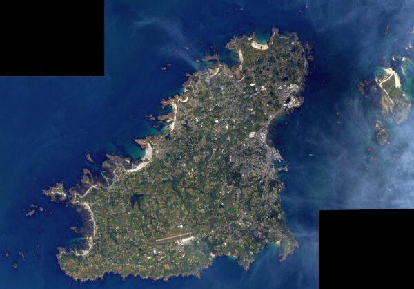 Zde máme další z Normanských ostrovů, Guernsey. Nachází se nedaleko, směrem na severozápad od Jersey a my jsem vám jej zde složili ze dvou Thomasových snímků. Zdroj: twitter.com