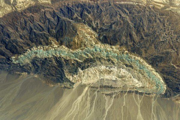 Hra pastelových barev pohoří Alborz pár desítek kilometrů severozápadně od hlavního Íránského města Teheránu. Zdroj: flickr.com
