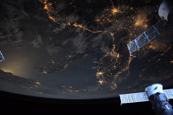 Na tomto neobvyklém záběru z oblasti Středomoří jistě poznáváte Apeninský poloostrov a vlevo od něj ležící Sardinii a Korsiku. Netradiční atmosféru snímku dodává záře Měsíce kolem úplňku. Zdroj: twitter.com