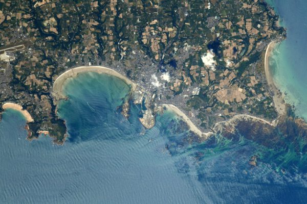 Krásný snímek jižního pobřeží ostrova Jersey, jednoho ze dvou britských území poblíž břehů Normandie. Město Saint Helier zde vidíme na pobřeží tohoto ostrova, který je největším z tzv. Normanských ostrovů. Zdroj: twitter.com
