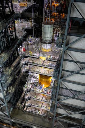 Aktuální stav v hale VAB - na raketě SLS je umístěna hmotnostní maketa lodi Orion.