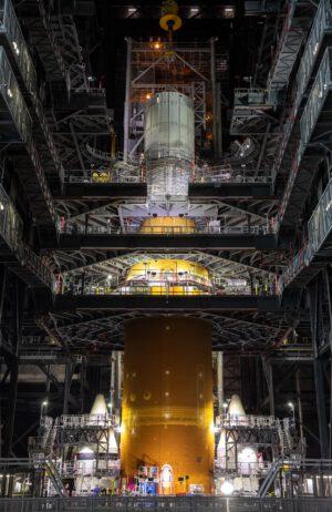 Hmotnostní simulátor MSO (Mass Simulator for Orion) váží 34 tun a na vrchol rakety SLS byl usazen 13. srpna.