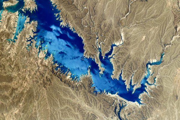 Vodní nádrž Karkheh v Íránu. Má 127 m vysokou hráz a elektrický výkon dosahuje čtvrtiny Temelína (cca 500 MWe). Zdroj: twitter.com