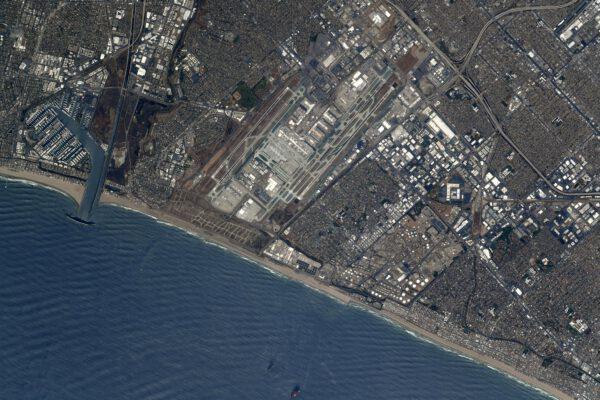 Mezinárodní letiště Los Angeles, třetí největší letiště na světě z hlediska počtu cestujících… a přitom není ani největším letištěm ve Spojených státech! 😎 Strávili jsme tam několik týdnů tréninkem na let v Crew Dragonu společnosti SpaceX, ale kvůli pandemii jsme se do města moc nedostali… kromě letišť a simulátorů. S LA se nám asi spojují všechny ty obrazy z hollywoodských filmů. Thomas si však v souvislosti s olympiádami vybavil ty v LA 1984 a výkony legendárního atleta Carla Lewise. Zdroj: flickr.com