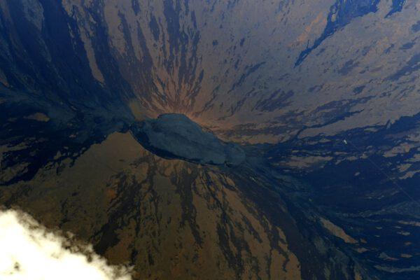 Tento nevýrazný snímek zabírá vrchol havajské sopky Mauna Loa. Thomas zmiňuje, že podobný snímek pořídil již během své první mise Proxima. Už se nezmiňuje o tom, že vpravo ty drobné bílé skvrnky jsou budovy observatoře Mauna Loa, která již od roku 1950 monitoruje stav atmosféry. A pokud jste někdy slyšeli o řadě pozorování nárůstu CO2, pak je to právě odsud. Zdroj: twitter.com