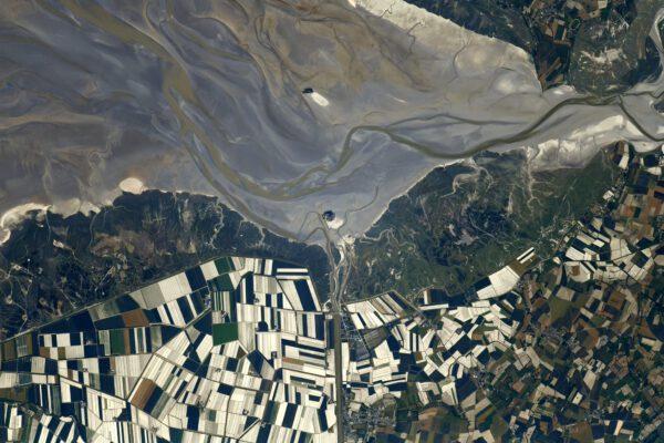 Mont-Saint-Michel. Ikonický ostrov ve stejnojmenném zálivu. Místo je zajímavé velmi vysokým přílivem (asi 15 metrů), takže ostrov je s pevninou spojen mostem. Na vrcholu je soustava kláštěrních budov zapsaná do UNESCO. Zdroj: twitter.com