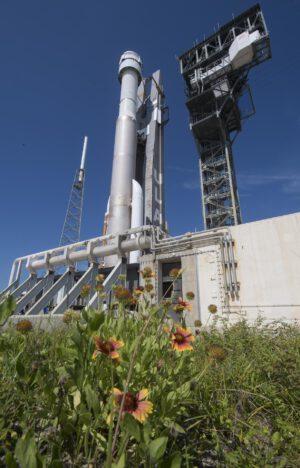 Atlas V s lodí Starliner na floridské rampě 41 před odloženým startem na misi OFT-2.