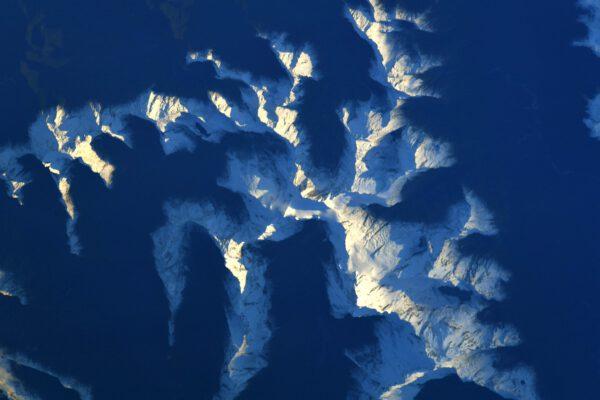 Zasněžené vrcholky novozélandských hor. I odsud shora mi běhá mráz po zádech, když si představím ten mráz, co tam panuje. Zdroj: twitter.com